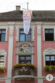"""Fahne """"Demokratie Leben"""" am Leutkircher Rathaus"""