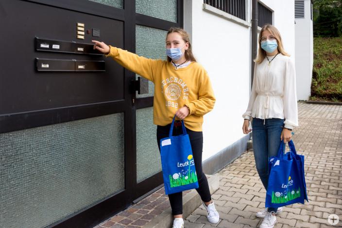 Pauline Würth und Bianca Maier, Auszubildende der Stadt Leutkirch, stellen die Blutspenderehrungen persönlich zu