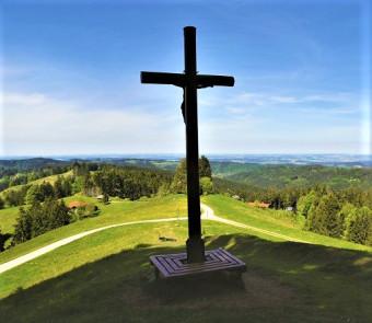 Das Bild zeigt das Kreuz auf dem Gipfel der Kreuzleshöhe