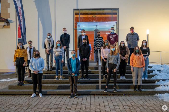 Die neu gewählten Jugendgemeinderäte zusammen mit OB Hans-Jörg Henle, Carmen Scheich und Maria Hönig.