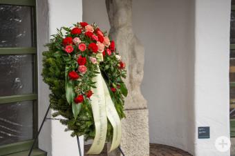 Der Kranz am Walfriedhof, welcher an die Verstorbenen in der Corona-Pandemie gedenken soll.