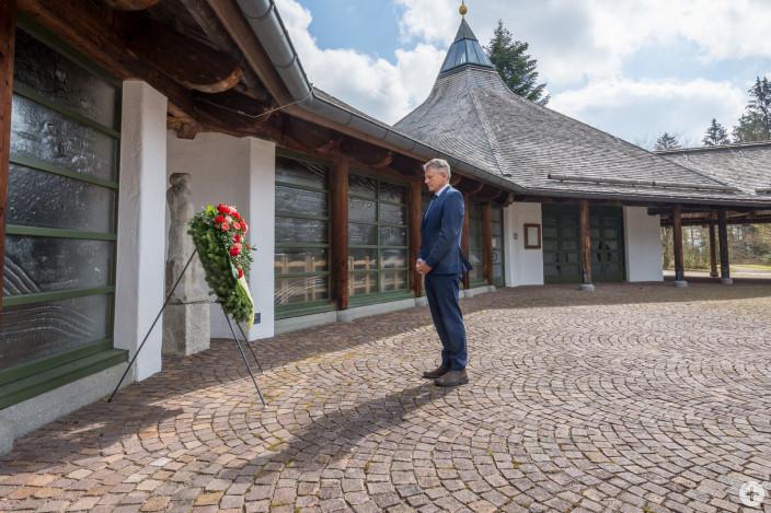 OB Henle hat heute am Waldfriedhof im Bereich der Kapelle / Aussegnungshalle einen Kranz niedergelegt, der Angehörigen einen Ort zum Innehalten und Gedenken bieten soll.