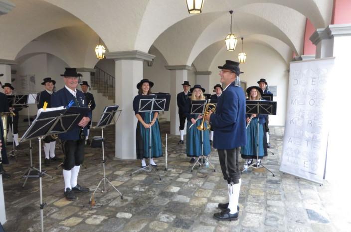 Die Stadtkapelle Leutkirch bei ihrem Auftritt am Kinderfestsamstag, 17. Juli 2021 unter den Rathausarkaden.