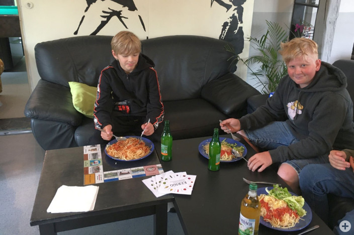 """Jugendliche der Gruppe """"Sprungbrett"""" von St. Anna beim Spaghetti-Tag im Jugendhaus"""