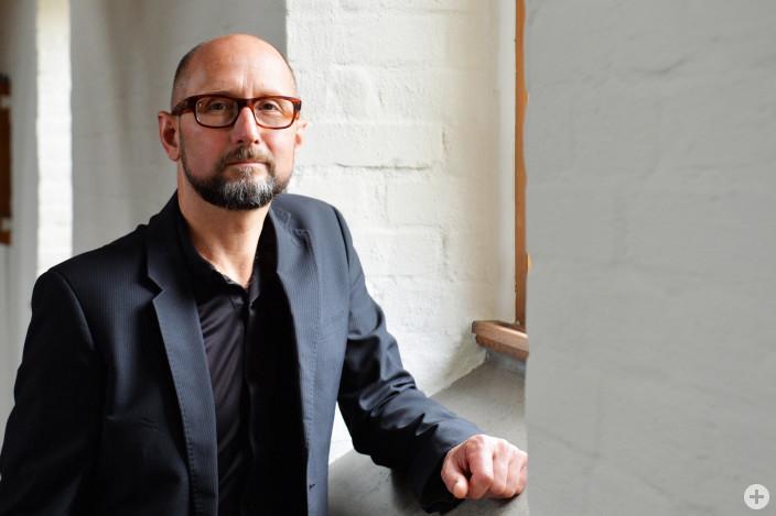 """Heinrich Steinfest liest bei der Rathauslesung aus seinen Büchern """"Amsterdamer Novelle"""" und """"Die Möbel des Teufels""""."""