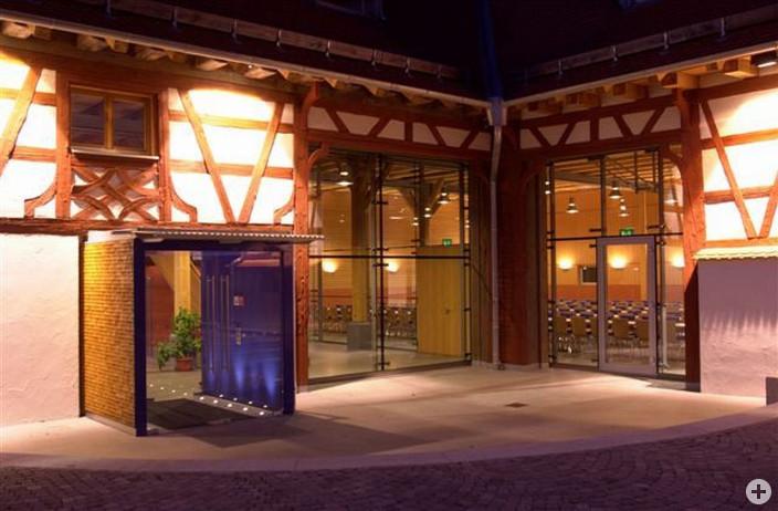 Hans-Multscher-Haus Eingang beleuchtet