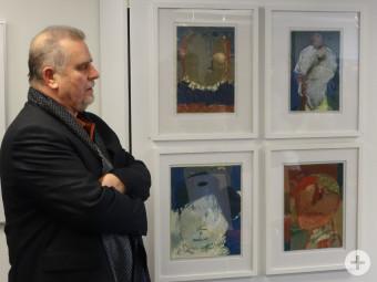 Wolfgang Henning vor einer Auswahl seiner Werke